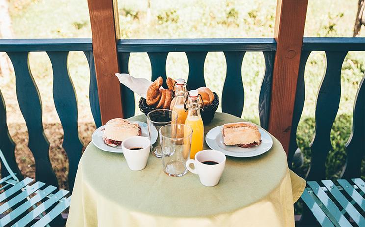desayuno en la cabaa o en el carro cngaro